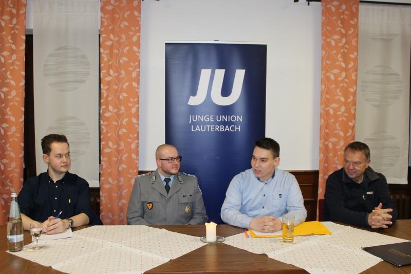 Über den Ukraine-Konflikt und den Zustand der Bundeswehr diskutierten bei JU Lauterbach Organisator Lukas Kaufmann (links) und Vorsitzender Joshua Östreich (2.v.r.) mit dem Bundeswehr-Jugendoffizier Jens Mattheis sowie Lauterbachs Erstem Stadtrat Lothar P