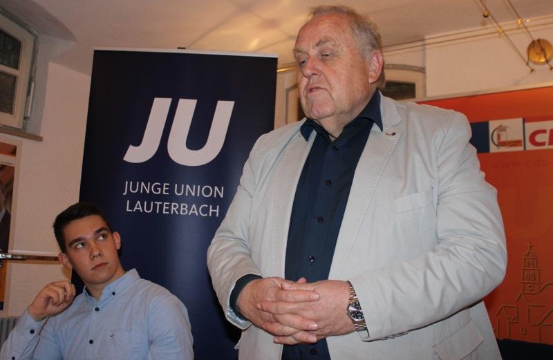 Dr. Hans Heuser (rechts) und Vorsitzender Joshua Östreich diskutierten bei der Jungen Union über das Grundgesetz, das jetzt 70 Jahre alt wird.